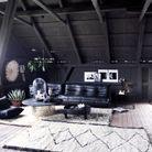 Le canapé Togo en cuir noir dans un salon black & white