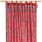 Des motifs perroquets sur des rideaux japonisants