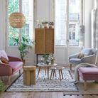 Un salon blanc où le bois est roi