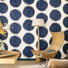 Un salon bleu qui invite les matières naturelles