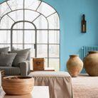 Un salon bleu qui mixe luminosité et vivacité