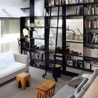 Un salon contemporain à la bibliothèque monumentale