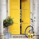 Bichonner son entrée extérieure en choisissant une porte colorée