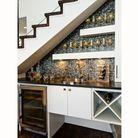 Un plan de travail de cuisine sous l'escalier