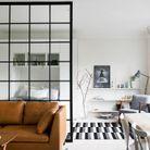 Une verrière intérieure qui sépare la chambre du salon