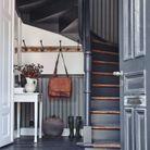 Associer parquet, contre-marches et papier peint du même coloris pour un escalier déco