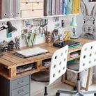 Palette en bois transformée en bureau