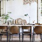 Une guirlande lumineuse au dessus de la table à manger