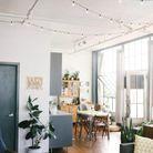 Une guirlande lumineuse suspendue au plafond façon guinguette