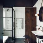 Un plafond noir pour une salle de bains théâtralisée