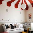 Un plafond rouge et blanc pour un esprit cirque chez les enfants