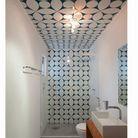 Dans une salle de bains : un beau carrelage