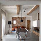 Poutres en bois brut et repeintes en blanc + jeu de perspective = une pièce qui parait encore plus grande