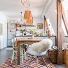 Poutres en bois brut + plafond blanc = la meilleure mise en exergue