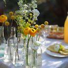 Idée n°9 pour un beau bouquet : le centre de table en bouteilles