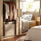 Un placard avec un petit meuble supplémentaire