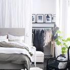Créer un espace dressing via un rideau pour créer l'illusion d'un dressing