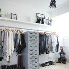 Utiliser le mur et adopter la tendance du dressing ouvert pour s'improviser un coin penderie