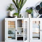 Une petite bibliothèque dans une meuble de rangement