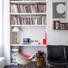 Une petite bibliothèque via des étagères fixées au dessus d'un bureau