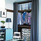 Un dressing caché derrière un rideau