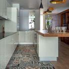 Carreaux de ciment multicolores dans la cuisine