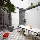 Un carrelage en damier dans un patio moderne