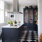Un carrelage en damier dans une cuisine de style campagne chic