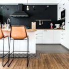 Un carrelage en damier version XXS dans une cuisine bicolore