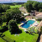 Un château avec piscine en Provence