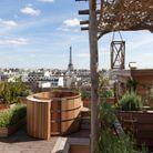 Une terrasse avec vue imprenable sur la tour Eiffel