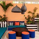 Un salon outdoor où carrelage et tissu se mêlent