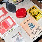 Assortiment de livres et d'objets insolites chinés par Luke Edward Hall.