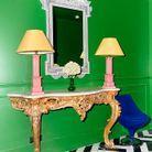 Commode Louis XVI, fauteuil seventies… les styles sont joyeusement désassortis.