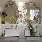Une salle de bains fleurie