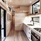 Une tiny house avec une cuisine fonctionnelle