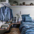Chambre grise, bleue et bois