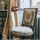 Une chaise au tissu nacré