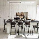 La cuisine et son spectaculaire panneau de bois brut