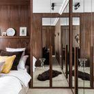 Une chambre où les miroirs brouillent les contours