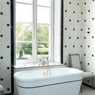 L'une des salles de bains, avec vue sur l'Eure et baignoire d'origine