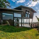 Maison design surélevée au Brésil