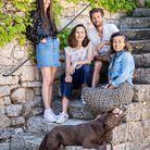 Caroline de Burlet et Olivier Girault, entourés de leurs filles, Jade et Garance, et de Juliette, leur labrador.