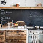 La cuisine, épicentre de la maison, où tout le monde aime se retrouver.