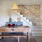 La salle à manger, avec ses murs chaulés et son sol en béton ciré.
