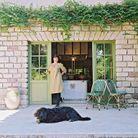 Anne Israel, la maîtresse des lieux, devant la cuisine, et Oona, sa chienne, bouvier des Flandres
