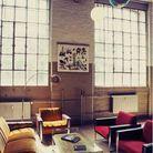 Un loft vintage avec fenêtres d'atelier