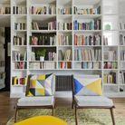 Un escalier dissimulé par une bibliothèque