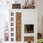 Une cheminée avec niches