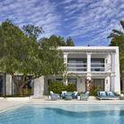Une maison en blanc et camaïeu de bleu à Ibiza